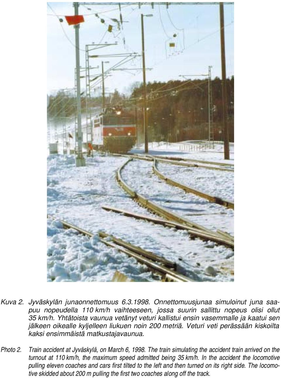 Veturi veti perässään kiskoilta kaksi ensimmäistä matkustajavaunua. Photo 2. Train accident at Jyväskylä, on March 6, 1998.