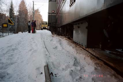 Kuva 6.. Keskellä kuvaa katkennut vaihteen kieli. Figure 6. Passenger coach derailing at Mynttilä, on January 30, 1999. The broken point of the turnout is in the middle of the photo. Kuva 7.