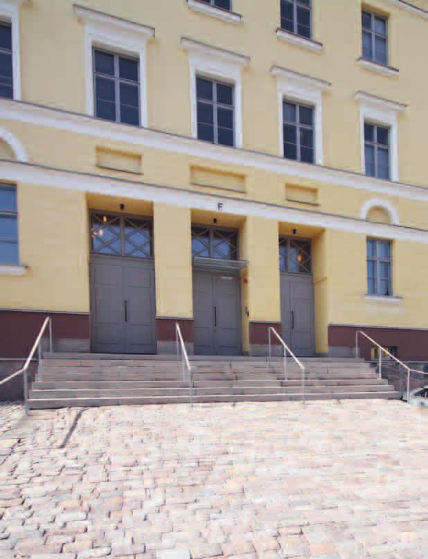 ENGLISH SUMMARY The revival of the classical architecture in the Defence Command facilities The Defence Command is located in the Kaartinkortteli quarters in central Helsinki, in a historical Guards